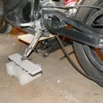 Zusätzliches Abstützen mit dem Seitenständer sorgt für Stabilität.