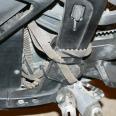 Der Notriemen liegt gefaltet und mit Kabelbindern gesichert und verstaut beim Motor.