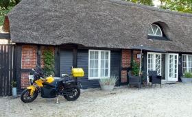 Die schöne Unterkunft in Tjele (Farm61) und das Motorrad hängt schon am Strom.